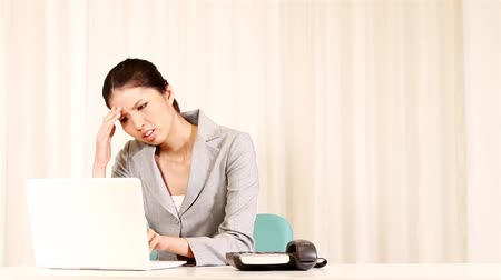 stres : Angry businesswoman working on laptop