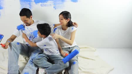 estilo de vida saudável : Family of three painting and having fun together Vídeos