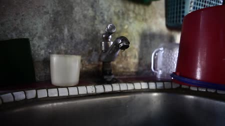 mosogató : Water dripping from a faucet