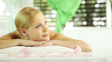 canteiro de flores : Young woman at spa looking satisfied and contented