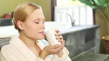 cheirando : Caucasian lady holding cup and resting Stock Footage