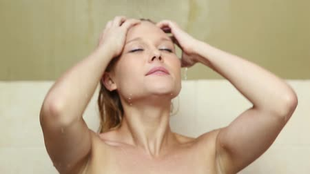 tüy : Caucasian lady washing her hair