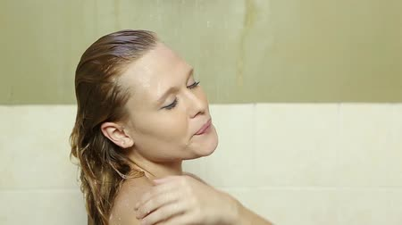 jovem : Caucasian woman taking a bathe