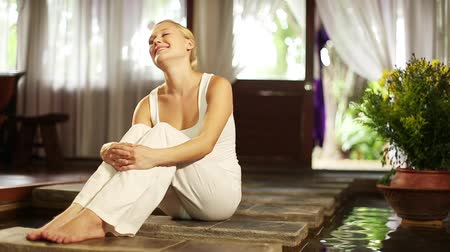 contentamento : Caucasian woman feeling relaxed and content