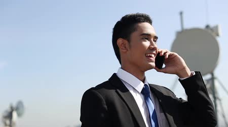 telefone celular : Cheerful businessman talking on the phone Stock Footage