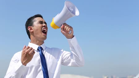 řvát : Businessman shouting into a megaphone