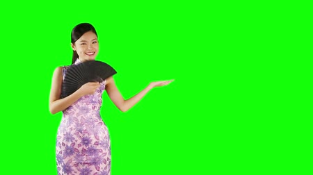 ano novo chinês : Woman in Cheongsam with hand gesture