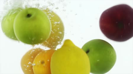 фрукты : Fruits thrown into water
