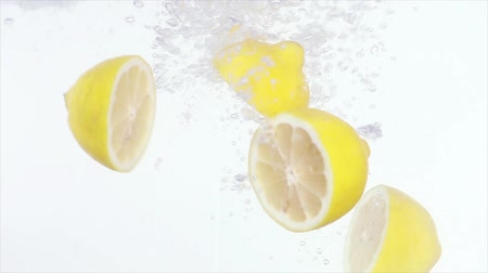 cytryna : Lemons thrown into water Wideo