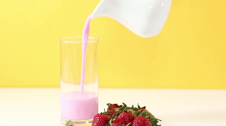 çilek : Pouring fruit yogurt drink into a glass