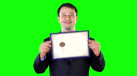 certidão : Mid adult man holding a certificate