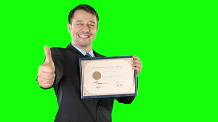 certidão : Mid adult man receiving a certificate