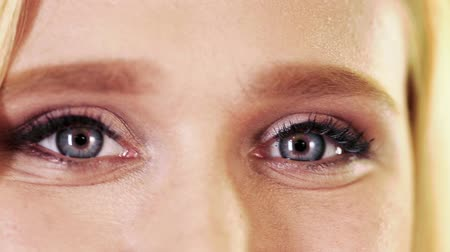 olhos verdes : Close up on young adult woman eyes