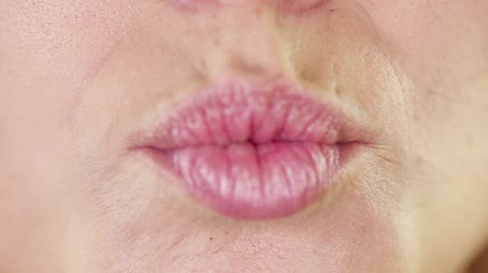 dudak : Close up on young adult woman lips