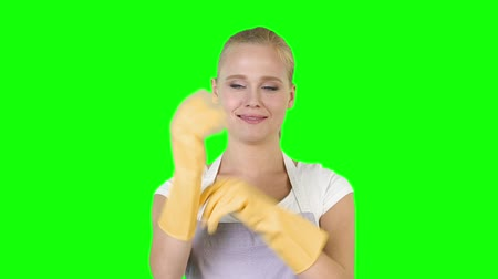 носить : Young adult woman wearing rubber gloves