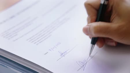 anlaşma : Hand signing on legal document