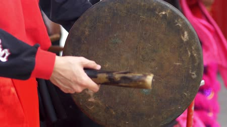 instrumentos : Hand gong player hitting the music instrument
