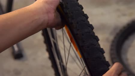 ремонтник : Closeup of taking off bicycle tire Стоковые видеозаписи