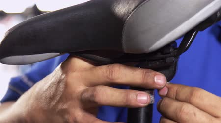 ремонтник : Closeup on fixing bicycle saddle
