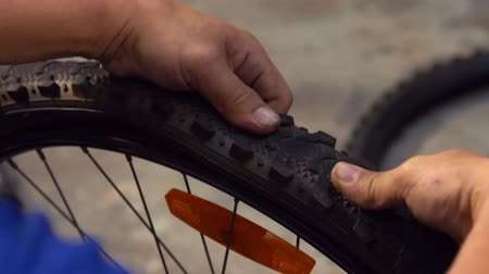 riparatore : Pulling out tire from bicycle wheel