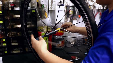 サイクリスト : Closeup on bicycle wheel maintenance
