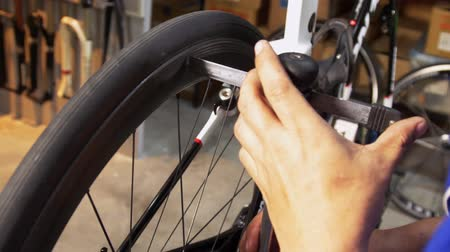 ремонтник : Closeup on measuring the bicycle wheel