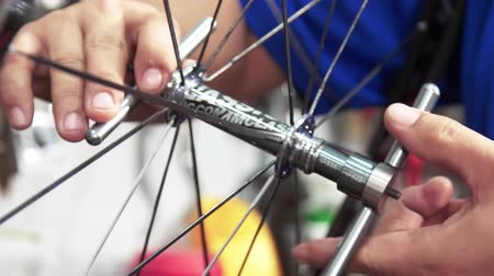 ремонтник : Closeup on bicycle wheel maintenance