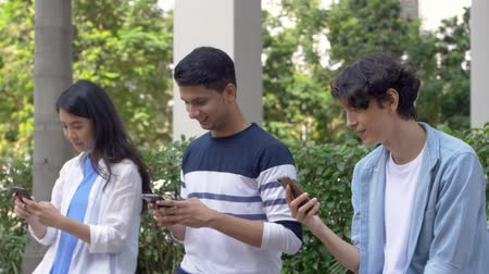 distraído : Friends looking at their own phones
