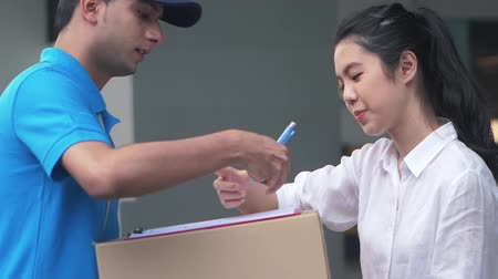 conveniente : Woman receiving a parcel