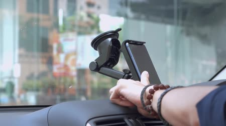 conveniência : Person checking phone on car mount