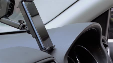 yol tarifi : Phone on a car mount