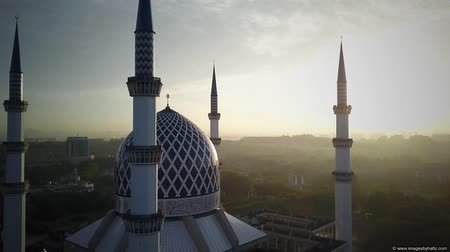 abdul : Aerial Shot - Sunrise at a mosque. Arabic writing on the done reads - Believe in one God. Drone flying forward Stock Footage