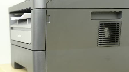 impressão digital : Side view of printer printing multiple pages