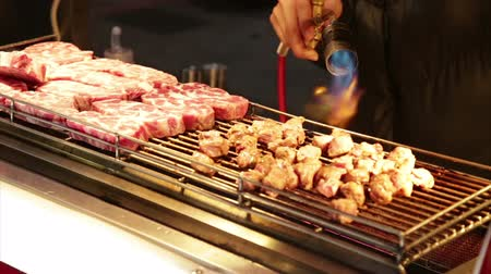 vyhlídkové : NEW TAIPEI CITY, TAIWAN - MARCH 7, 2015: Vendor cooking beef with blowtorch at Lehua Night Market in the Yonghe District