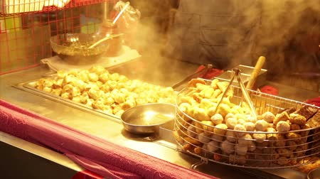 stánek s jídlem : NEW TAIPEI CITY, TAIWAN - MARCH 7, 2015: Vendor cooking dumplings at Lehua Night Market in the Yonghe District