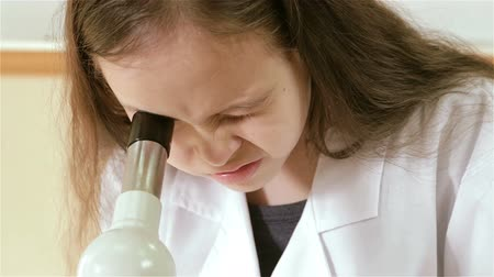 kísérlet : Closeup of child scientist looking into microscope