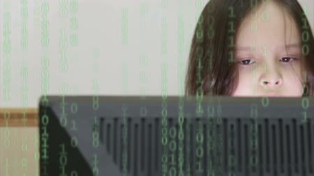 programování : Girl looking at screen with code overlay