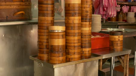 bamboo steamer : Cooking inisde bamboo steamers at Chinese restuarant Stock Footage