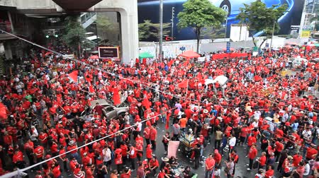 protesto : BANGKOK, THAILAND - NOVEMBER 19: At least 10,000 anti-government red-shirted protesters returned to Bangkoks streets to mark the 6 month anniversary of a deadly military crackdown on 19th November 2010. Vídeos