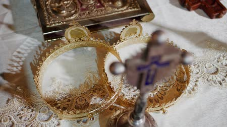 aanbidding : Interior of a traditional Orthodox Church - Tradional wedding crowns