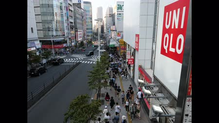 fixní : Tokyo, Japan - 16.8.2019: Timelapse of pedestrians and road traffic in Shinjuku