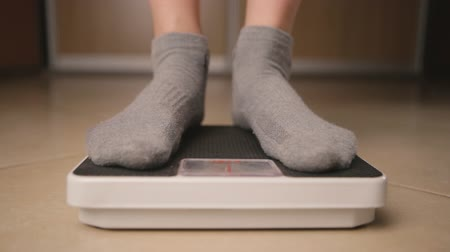 perda de peso : Caucasian female girl stands on the scales loss weight concepts