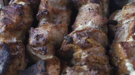 açougue : Grilled shish kebab on metal skewer. Chef hands cooking roasted meat barbecue with lots of smoke. BBQ fresh beef chop slices. Traditional eastern dish on charcoal and flame, picnic, street food