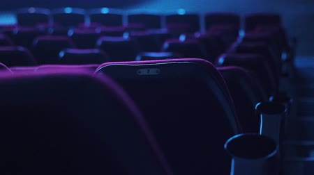 lugares sentados : empty red cinema or theater seats in dark