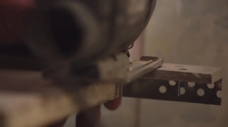 утилита : Woodworker cutting a piece of wood using a jigsaw.