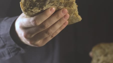 eucharystia : Baker hands breaking homemade bread. Close up view. Wideo