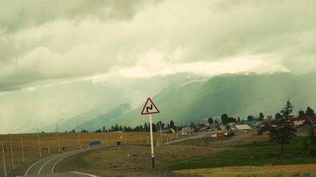 road to a mountain village, low in the mountains clouds and rain. Stok Video