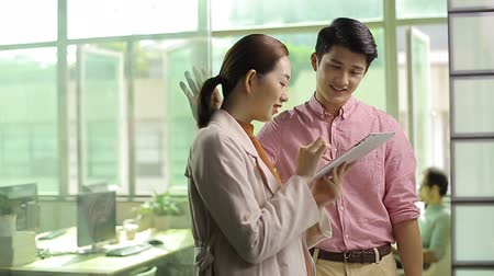 discussão : young asian business people working together in office using tablet computer. Stock Footage