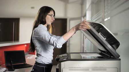 ксерокс : Young girl printing in the office