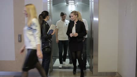 üzleti öltöny : The girl come out into the elevator Stock mozgókép